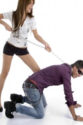 vrouw-heeft-touwtjes-in-handen