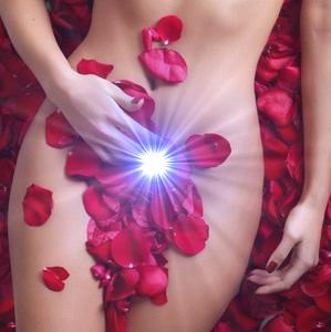 vrouw liggend rozenblaadjes